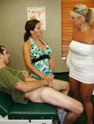 Жена с врачом дрочат мужу - 8 картинка