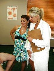 Жена с врачом дрочат мужу - 2 картинка