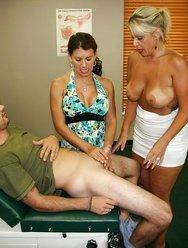 Жена с врачом дрочат мужу - 9 картинка
