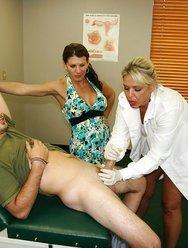 Жена с врачом дрочат мужу - 6 картинка