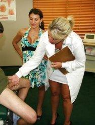 Жена с врачом дрочат мужу - 3 картинка