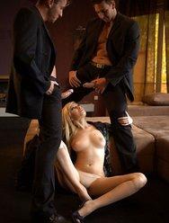 Милая блондинка отдалась за деньги - 3 картинка