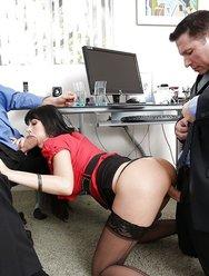 Групповуха в офисе с брюнеткой - 2 картинка