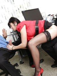 Групповуха в офисе с брюнеткой - 1 картинка