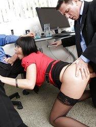 Групповуха в офисе с брюнеткой - 3 картинка