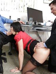 Групповуха в офисе с брюнеткой - 4 картинка