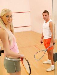 Блондинка и настойчивый тренер - 3 картинка