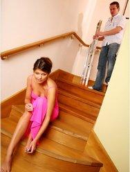 Раскрепощённая брюнетка на лестнице - 5 картинка