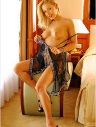 Эротическое шоу от блондинки - 5 картинка