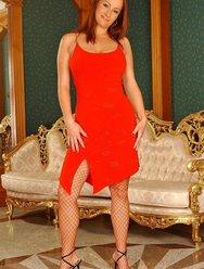 Рыжая мамочка в красном - 1 картинка
