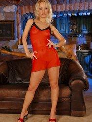 В красном платье - 1 картинка