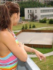 Светит сиськами на балконе - 2 картинка