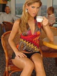 Одинокая мамочка в кафе - 1 картинка