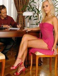 Очаровательная блондиночка - 1 картинка