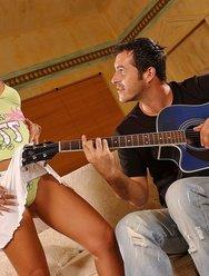 Отдалась гитаристу - 2 картинка