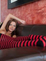 Непристойности на диване - 12 картинка