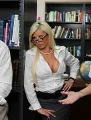 Секс в библиотеке с преподшей - 2 картинка