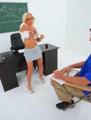 Сексуальная училка на дополнительных занятиях - 3 картинка