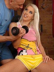 Секс Алисы в спортзале - 3 картинка