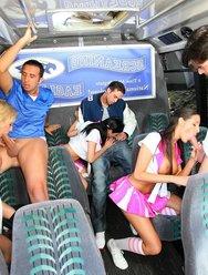 Групповуха в автобусе с чирлидершами - 7 картинка