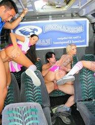 Групповуха в автобусе с чирлидершами - 14 картинка