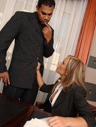 Горячая секретарша ублажила шефа и негра - 4 картинка