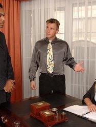 Горячая секретарша ублажила шефа и негра - 3 картинка