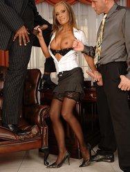 Горячая секретарша ублажила шефа и негра - 7 картинка