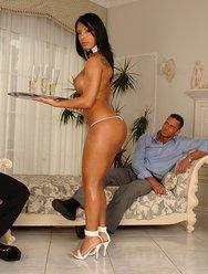 Голая домработница обслужила гостей - 5 картинка