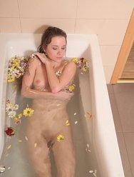 Angel Piaff в цветочной ванне - 19 картинка