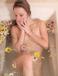 Angel Piaff в цветочной ванне - 20 картинка