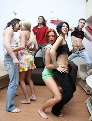 Пьяные девки на студенческой тусе - 1 картинка