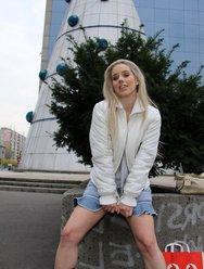 Нудистка в городе светит прелестями - 1 картинка