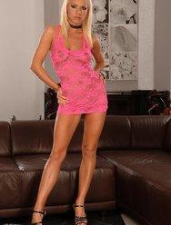 Секси блондинка в розовом - 1 картинка