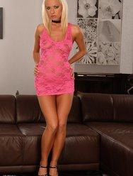 Секси блондинка в розовом - 2 картинка
