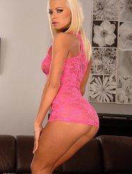 Секси блондинка в розовом - 4 картинка