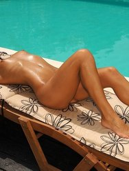 Голая брюнетка у бассейна - 4 картинка
