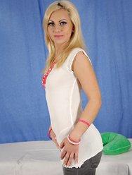 Милая блондинка на массаже - 1 картинка