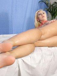 Милая блондинка на массаже - 18 картинка
