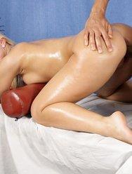 Милая блондинка на массаже - 22 картинка