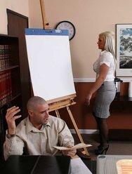Грудастая начальница оттрахала подчинённого - 4 картинка