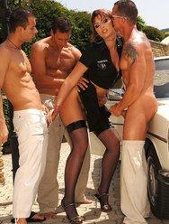 Сексуальная полицейская наказала за превышение - 10 картинка