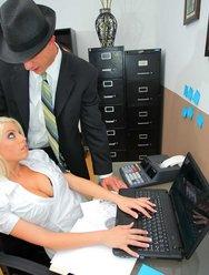 Горячая секретарша договорилась с налоговиком - 3 картинка