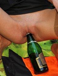 Бутылка в пизде трахнутой жены - 22 картинка