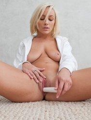 Голая блондинка ласкает себя - 17 картинка